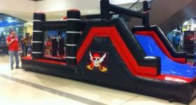 Alquiler Inflable Pirata Negro - L 7 x An 4 x Al 3.30. Tiene obstáculos, escalador, tobogan